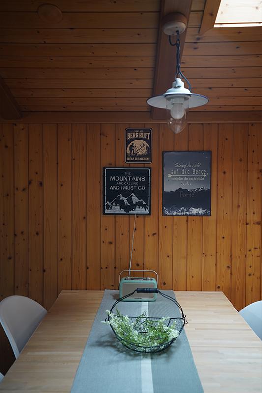 Essbereich im Wohnzimmer mit Dachfenster