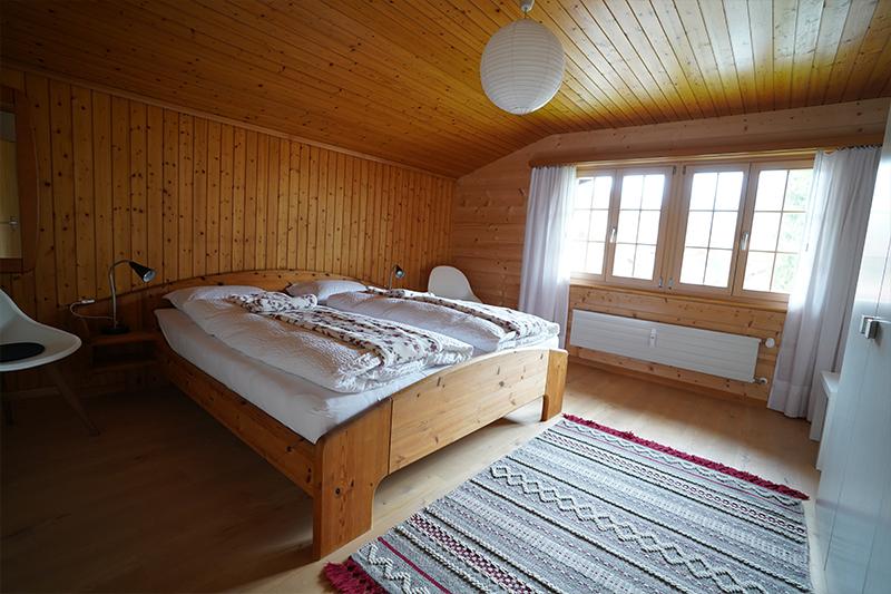Schlafzimmer mit Blick auf die Fenster