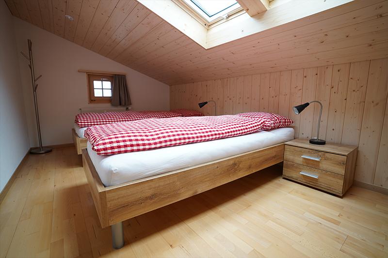 Schlafzimmer mit 2 Betten und Dachfenstern