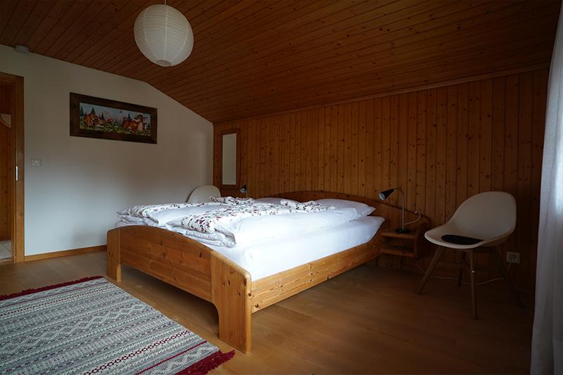 Schlafzimmer mit Blick gegen die Tür